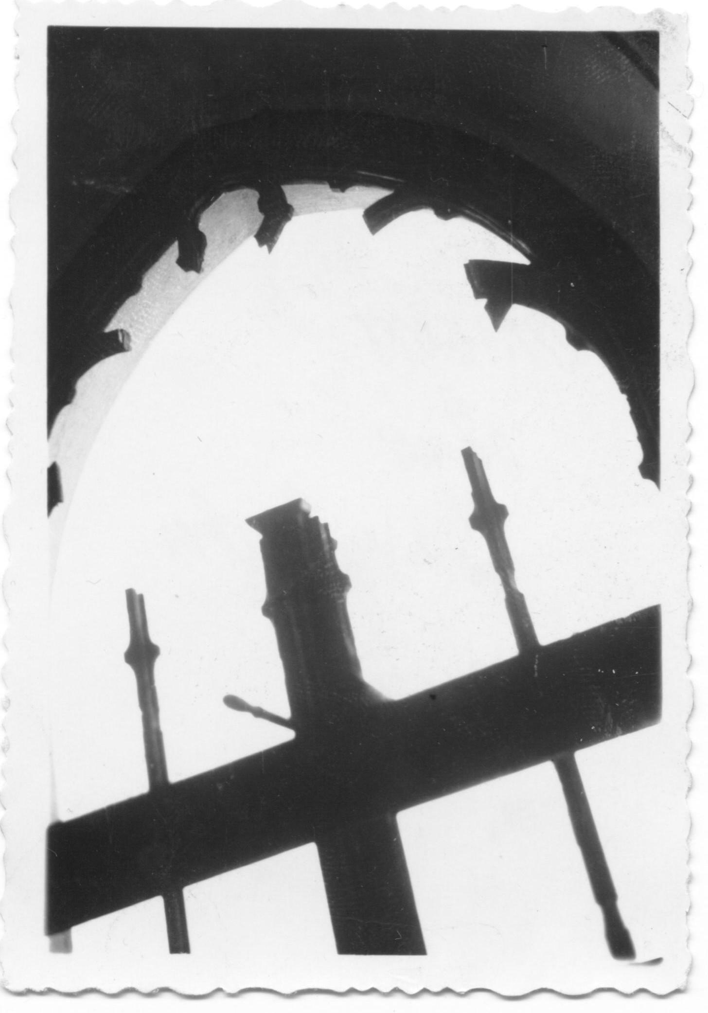 Zničené okno evanjelického kostola v PU po výbuchu mosta 30. 4. 1945