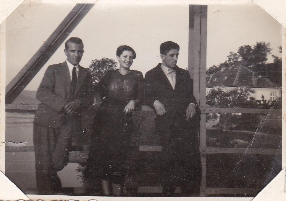 Fotografia z 30. rokov minulého storočia zachytáva najmä odev tej doby a pohľad z púchovského mostu na dom na kočkovskom brehu Váhu, ktorý stojí dodnes
