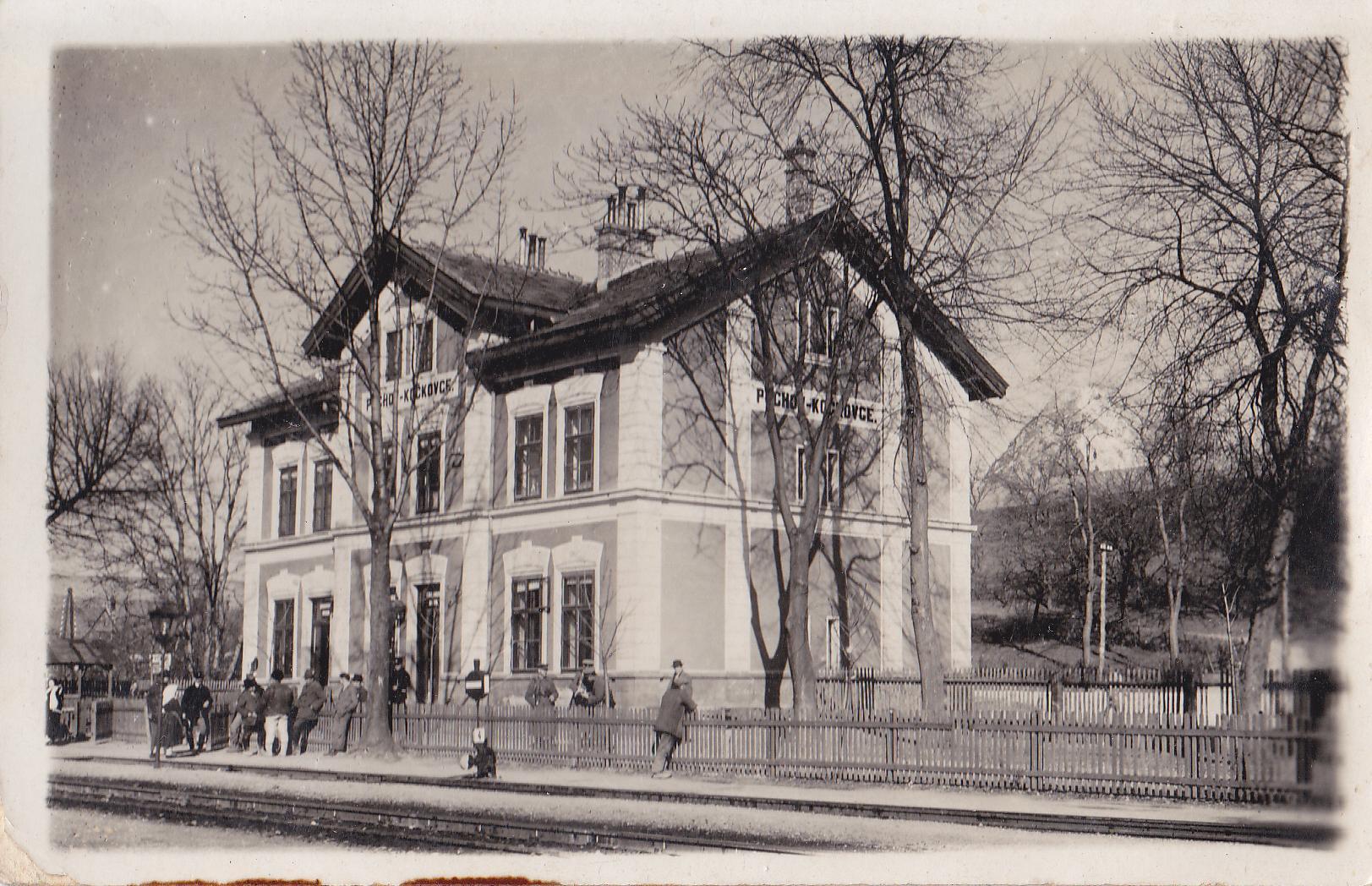 Historická budova žel. stanice v Púchove-Horných Kočkovciach z r. 1883 v čase 1. ČSR, a vzadu tzv. Kočkovská skala