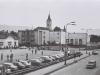 Dnešná Hollého ulica s parkoviskom, budovou starej pošty prerobenej na pohostinstvo (dnes Púchovčan) a pódium na mieste dnešnej pizzerie (Valdagno) v prvej polovici 70. rokov 20. storočia