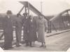 Móda do jesenného počasia 30. rokov 20. storočia, ktorú fotograf zachytil na prvom púchovskom moste