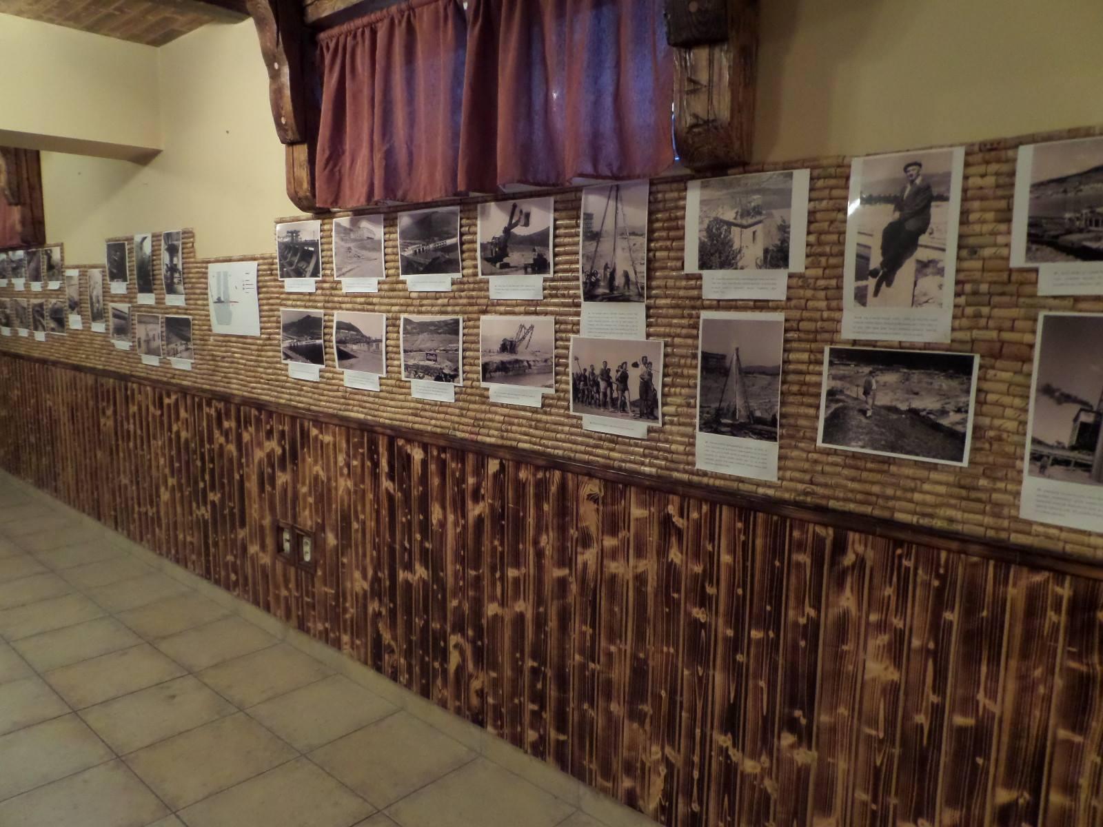 Nainštalované fotografie na výstave o výstavbe Priehrady mládeže