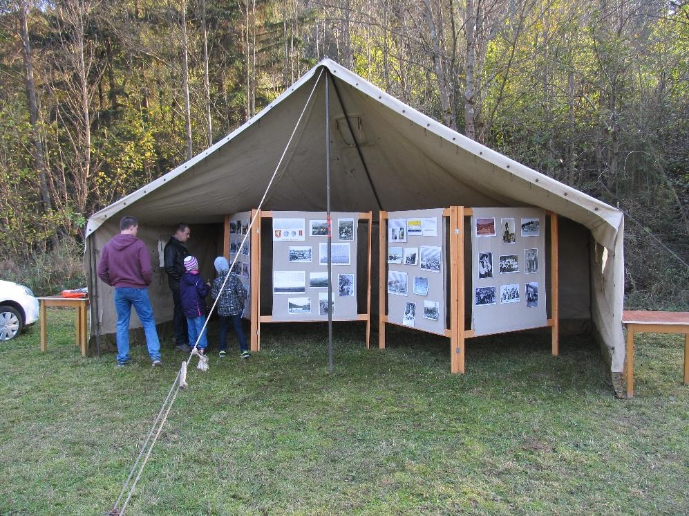 Výstava historických fotografií obce Lazy pod Makytou pri podujatí 70. výročia tragédie v osade Mladoňov.