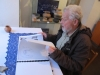 """Pavel Dvořák si na návšteve Púchovského múzea prezerá Hoenningov """"Atlas"""", v ktorom barón zdokumentoval nielen nálezy z Púchovskej skaly"""