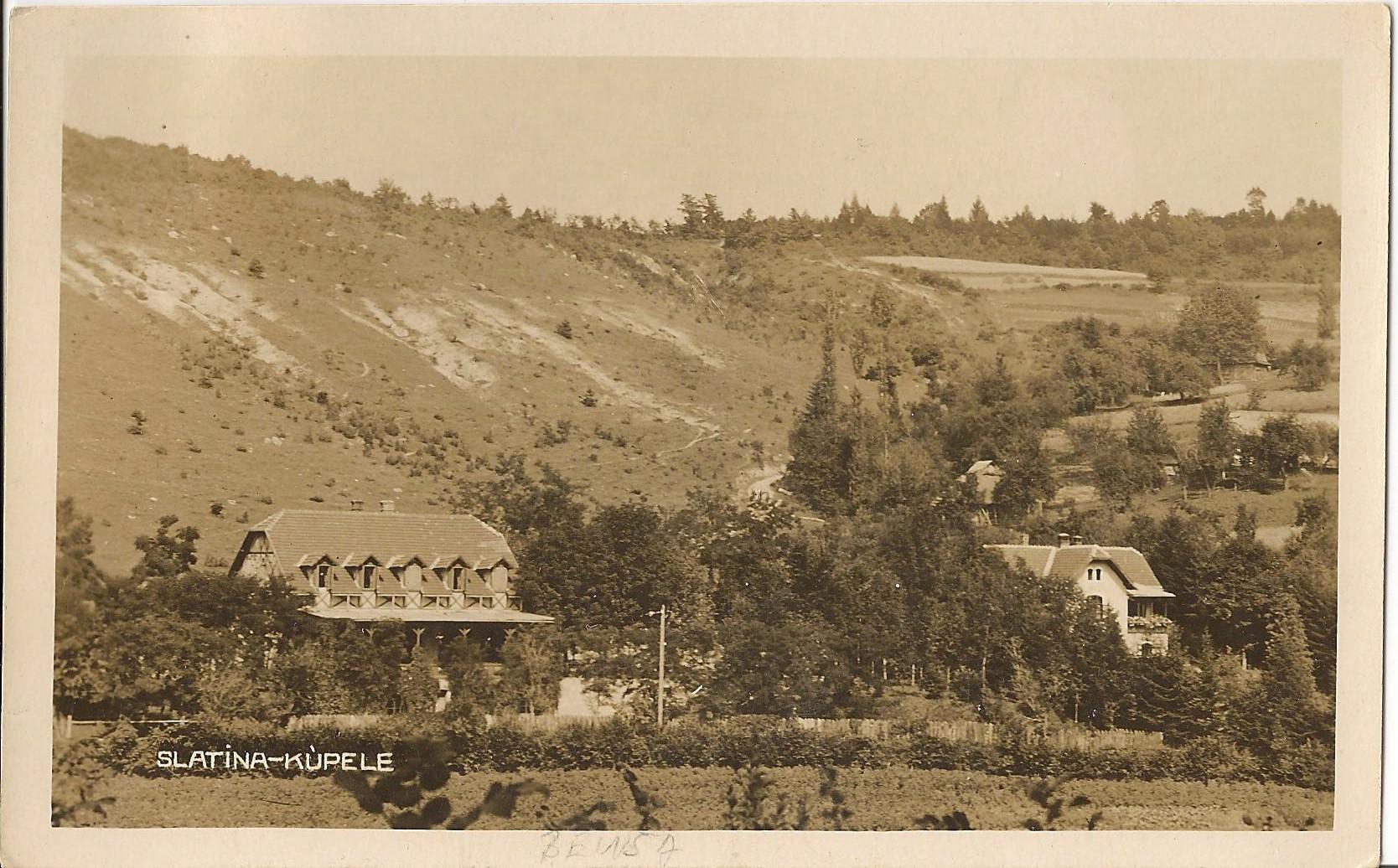 Belušské Slatiny alebo tzv. Slatina pri Beluši na začiatku 30. rokov - vľavo Hotel Fojtík a vpravo Vila Tóth