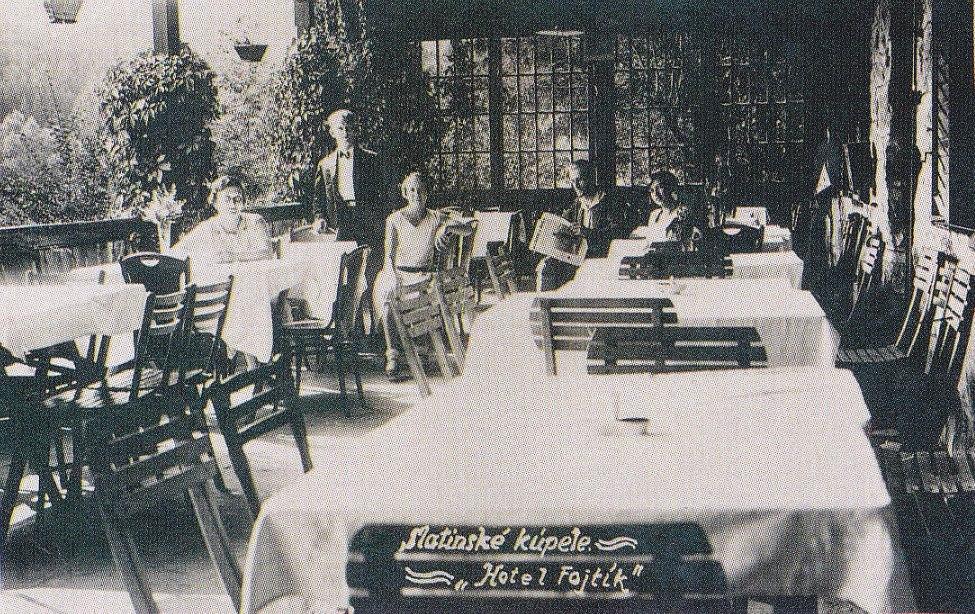 Interiér reštaurácie Hotela Fojtík v Belušských Slatinách v roku 1926 aj s hosťami