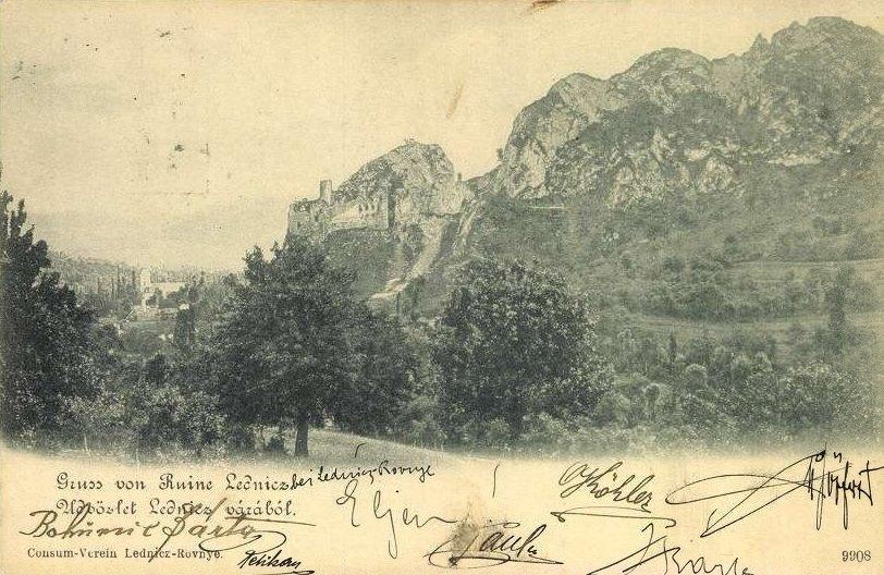 Z časti zrúcané sídlo zemepána, ktorému kedysi patrila pôda nielen takmer celého dnešného okresu Púchov - Lednický hrad alebo Lednicz vár na pohľadnici z roku 1903