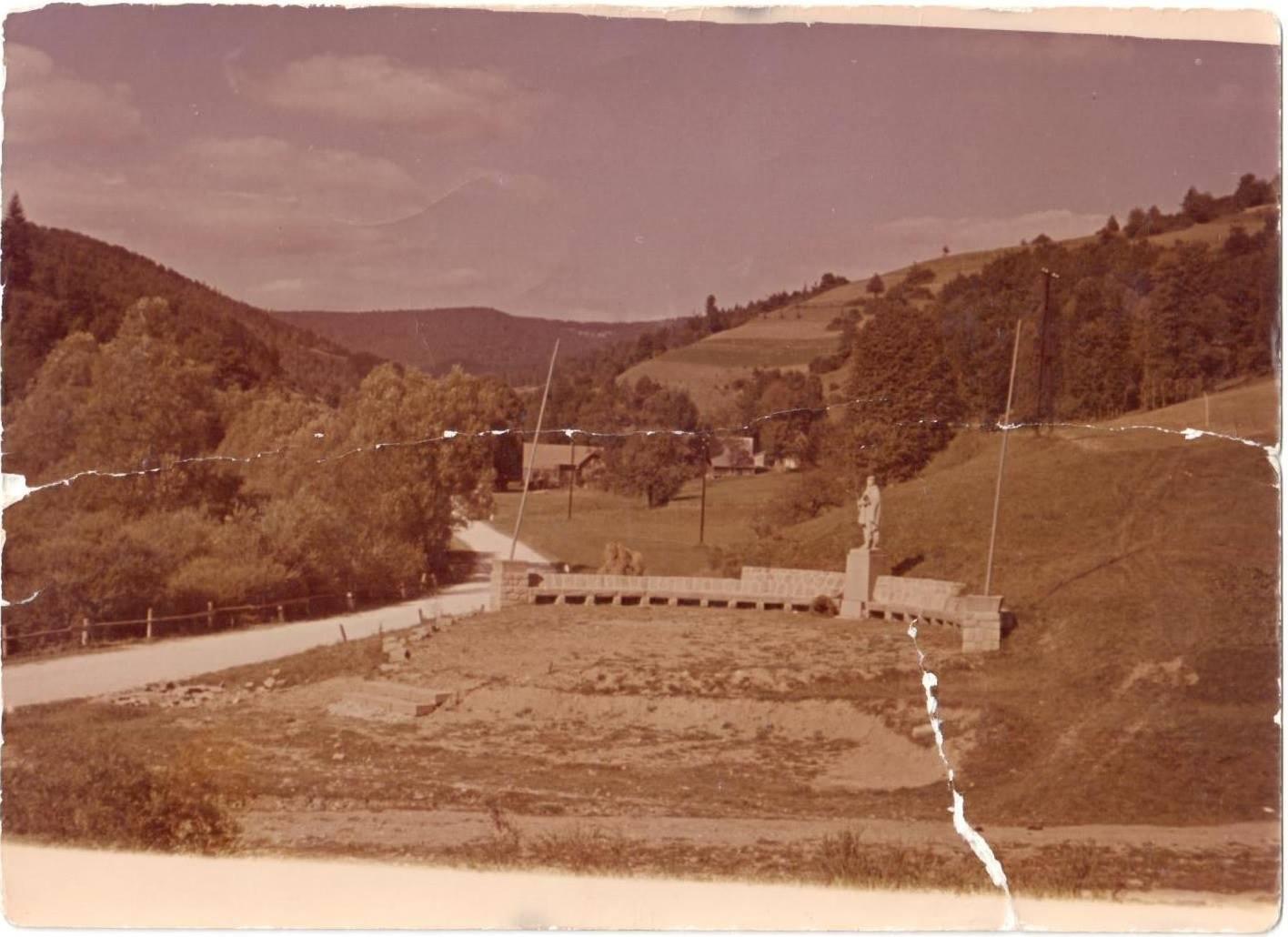 Fotografia z roku 1952 zachytila výstavbu pamätníka so sochou partizána v Mladoňove (Lazy pod Makytou), ktorý pripomína tragické udalosti z 29. októbra 1944.