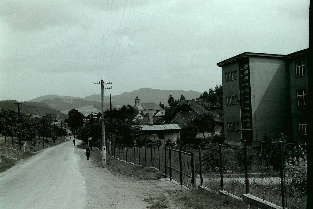 Lysá pod Makytou v auguste roku 1969. Vpravo vidieť školu, jedáleň a vzadu kostol sv. Štefana - prvého uhorského kráľa...