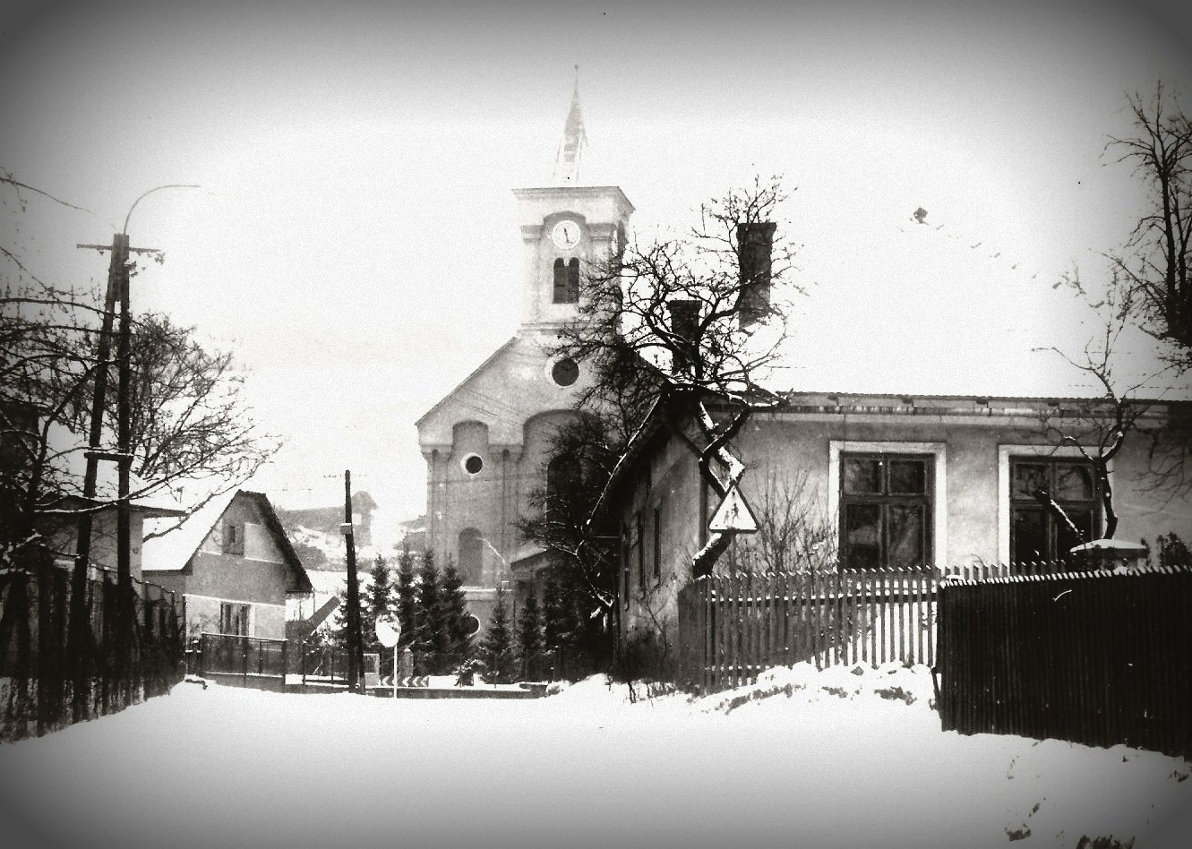 centrum obce Lazy pod Makytou so starou cestou a evanjelickým kostolom v roku 1970 z archívu pána M. Krečmera
