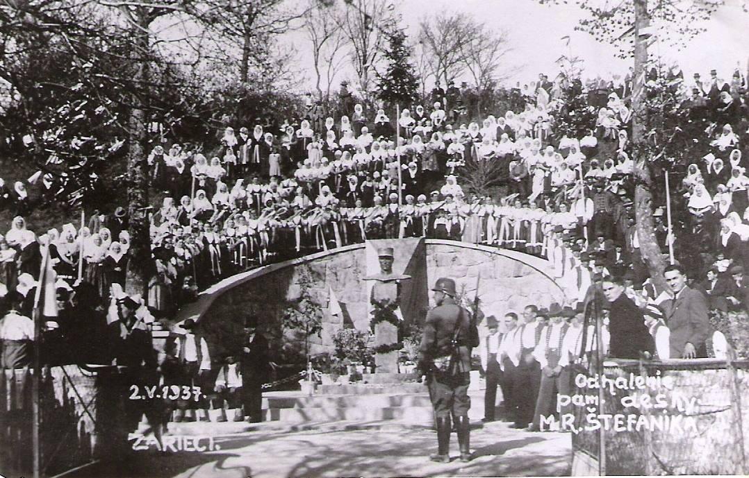 Busta generála Štefánika od Rudolfa Hlavicu bola odhalená v obci Záriečie 14. 7. 1935. Dňa 2. mája 1937 sa počas slávnostného otvorenia spomínanej trate uskutočnil ceremoniál, ktorého sa vtedy zúčastnilo veľké množstvo obyvateľov celej Púchovskej doliny i československý minister železníc Rudolf Bechyně.