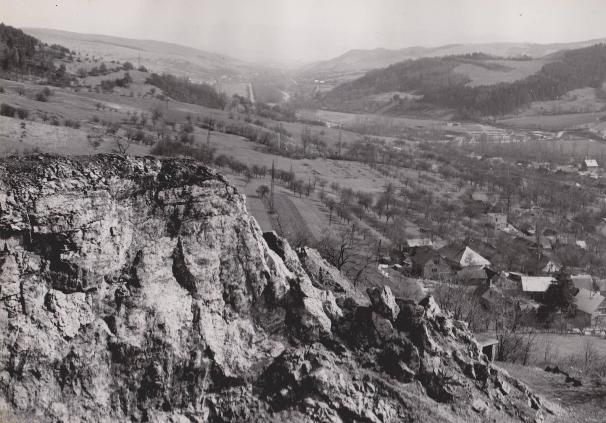 Zvyšky skaly nad Mestečkom a Záriečím s pohľadom do Púchovskej doliny smerom na Dohňany.
