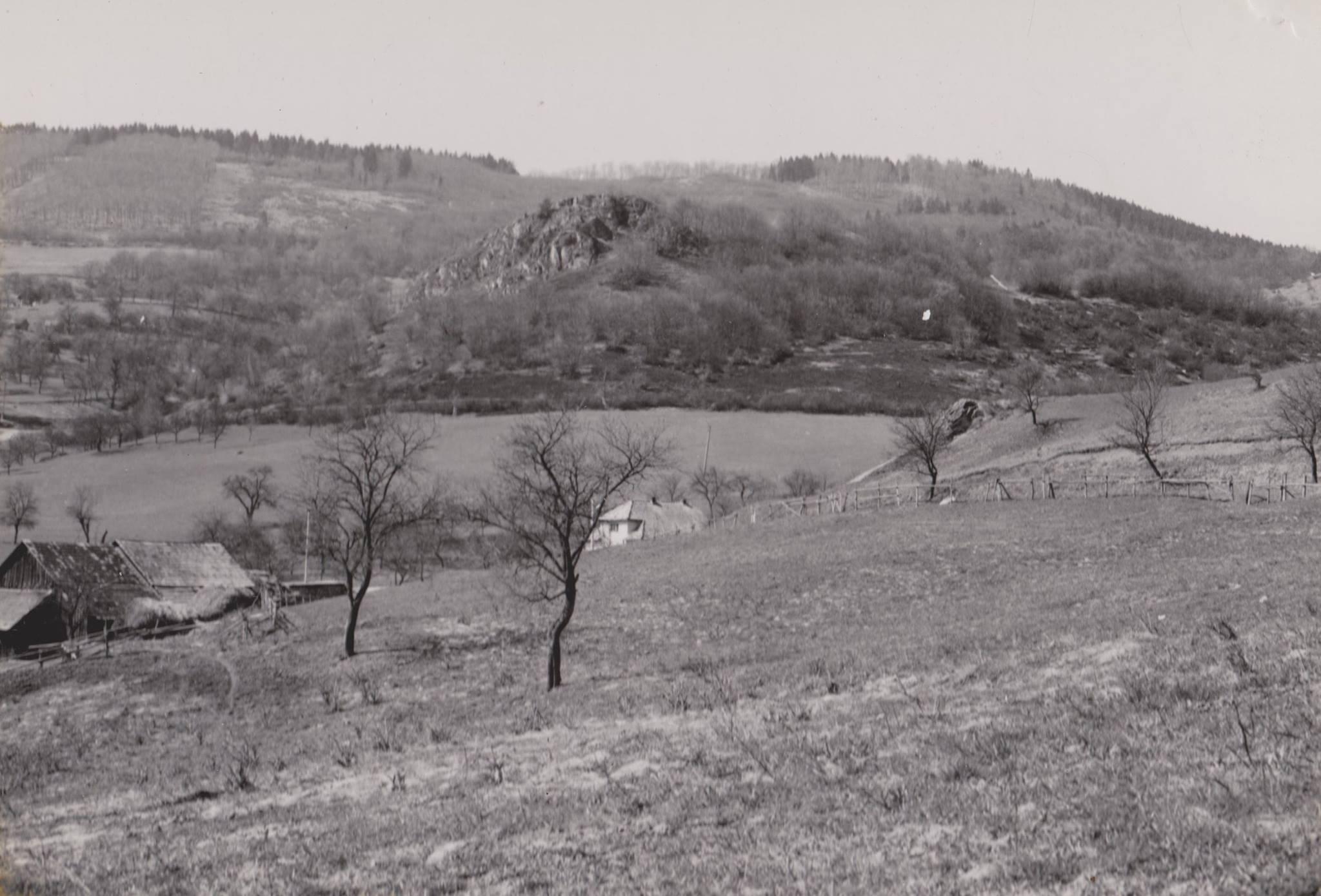 Dohňanská skala pod vrchom Tlstá hora, kde sa dnes nachádza jediná rozhľadňa v Púchovskej doline.