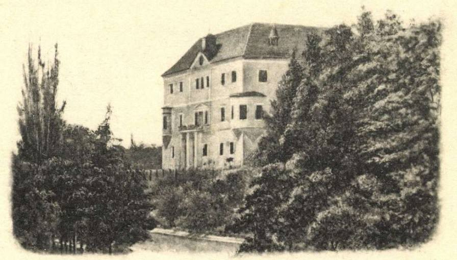 """Takto zachytila pohľadnica z roku 1913 kaštieľ v Horovciach, ktorého stavebné počiatky siahajú údajne až do začiatku 14. storočia. I tu pôsobil františkán Hugolín Gavlovič, v literatúre známy barokovým dielom """"Valašská škola mravuv stodola"""" z prostredia Bielych Karpát. Gavlovič, pôvodným menom Martin, v roku 1787 v Horovciach i zomrel, no pochovaný je v krypte kostola sv. Petra a Pavla v Pruskom."""