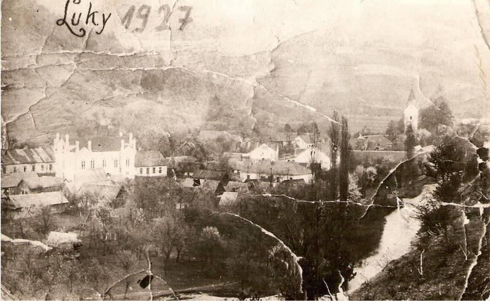 Vzácna fotografia obce Lúky z roku 1927, na ktorej fotograf zachytil centrum obce so synagógou a kostolom sv. Bartolomeja