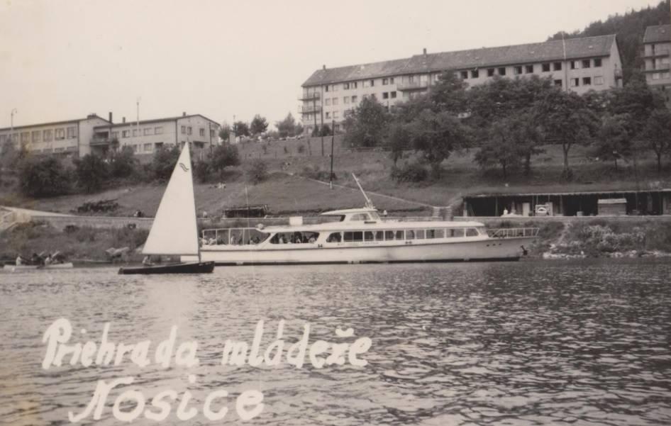 """Letné radovánky na lodiach v 60. rokoch minulého storočia, keď podnik """"Kotva"""" bol ešte len prístreškom. Miesto: Kúpele Nimnica - Priehrada mládeže"""