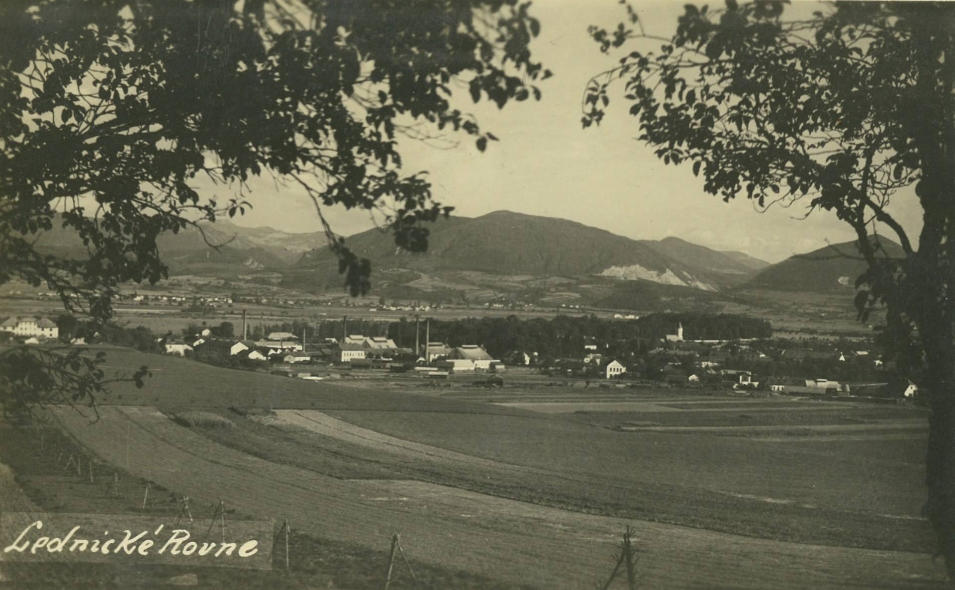 Pohľadnica Led. Rovní z r. 1925 zaujme ešte zalesnenou horou Butkov nad obcou Ladce v pozadí, kde sa dnes nachádza obrovský kameňolom.
