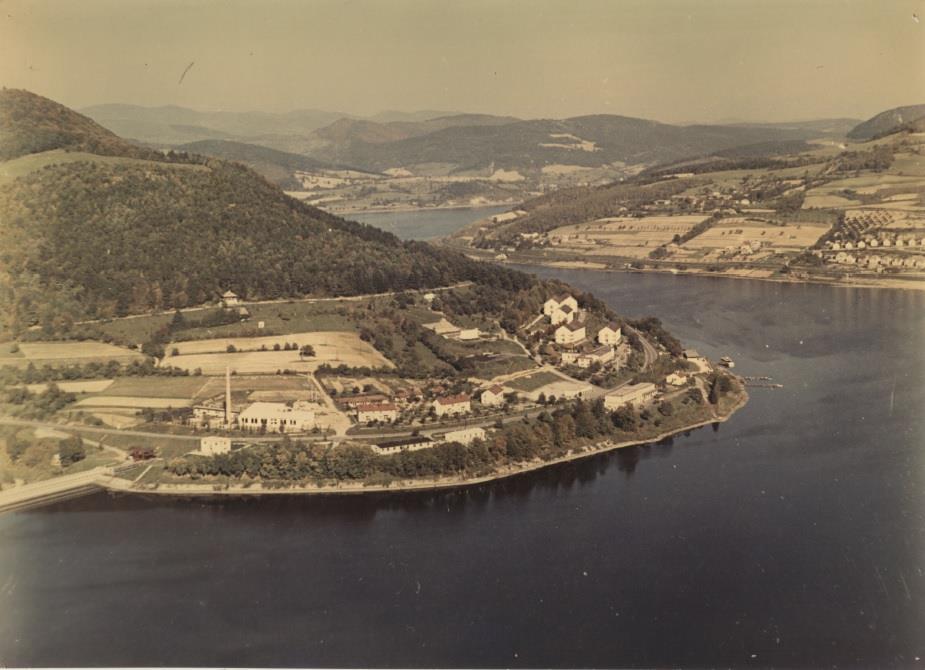 Záber zo 70. rokov 20. storočia, ktorý zachytil meander rieky Váh medzi Púchovom a Považskou Bystricou - Priehrada mládeže.