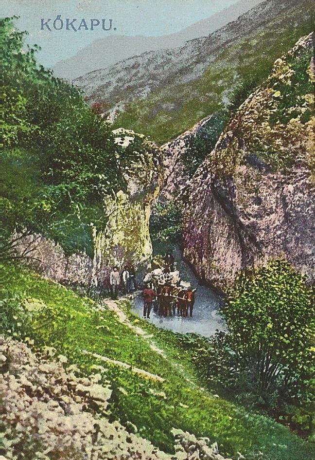 Kolorovaná fotografia z čias Rakúsko-Uhorska (prelom 19. a 20. storočia) zachytila prechod volských záprahov cez skalné vráta nad Belušskými Slatinami.