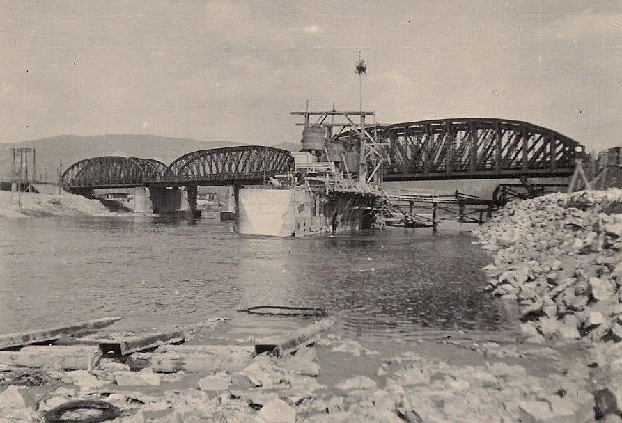 Zakladanie pilierov Priehrady mládeže na zač. 50. rokov minulého storočia pri železničnom moste z roku 1883 medzi Púchovom a Považskou Bystricou