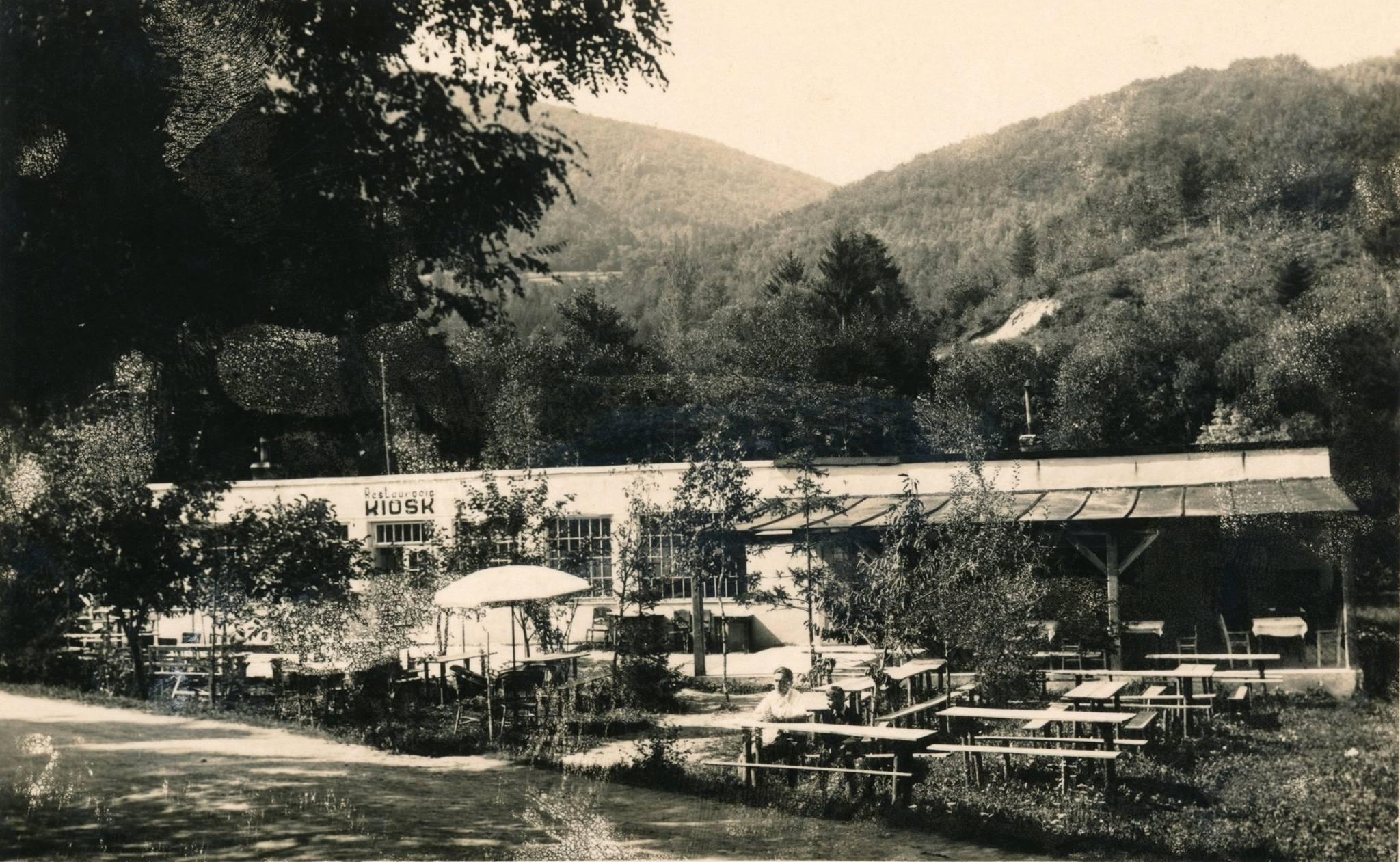 """V Belušských Slatinách, žiaľ tiež už nefungujúci """"Kiosk"""", ktorý takto odfotografovali ešte medzi svetovými vojnami."""