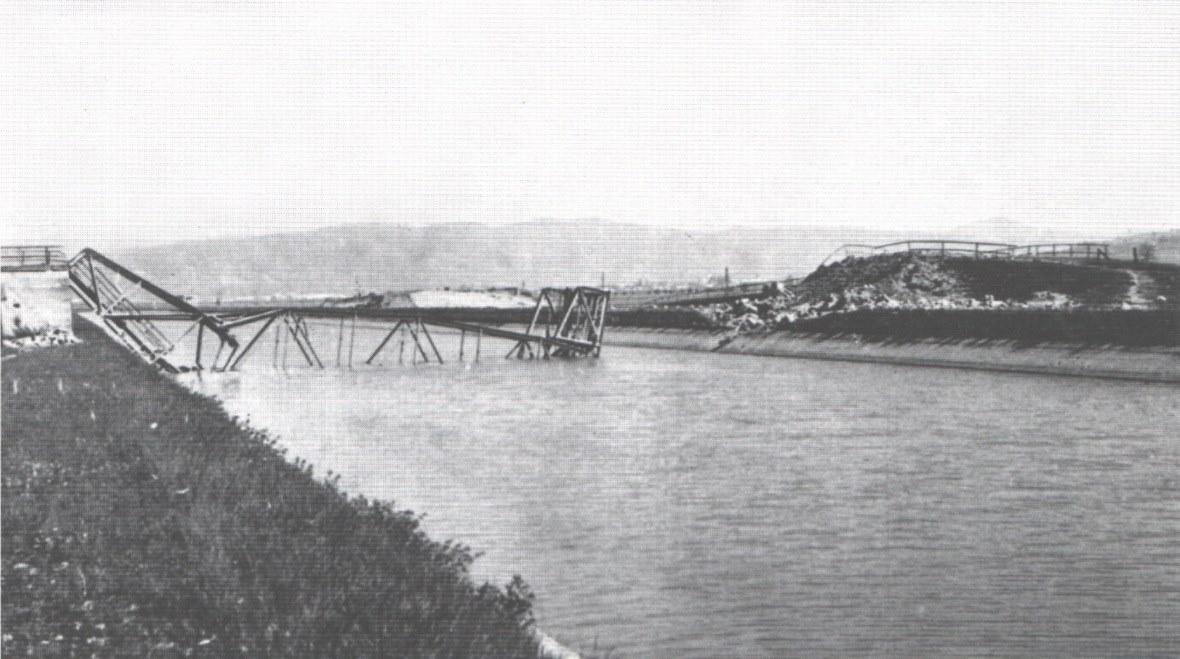 Nemeckými vojskami v r. 1945 zničený most ponad kanál Váhu pri Dolných Kočkovciach