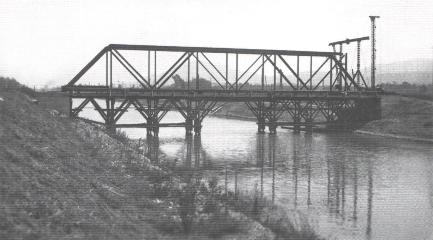Oprava zničeného mostu ponad kanál Váhu pri Dolných Kočkovciach po 2. svetovej vojne