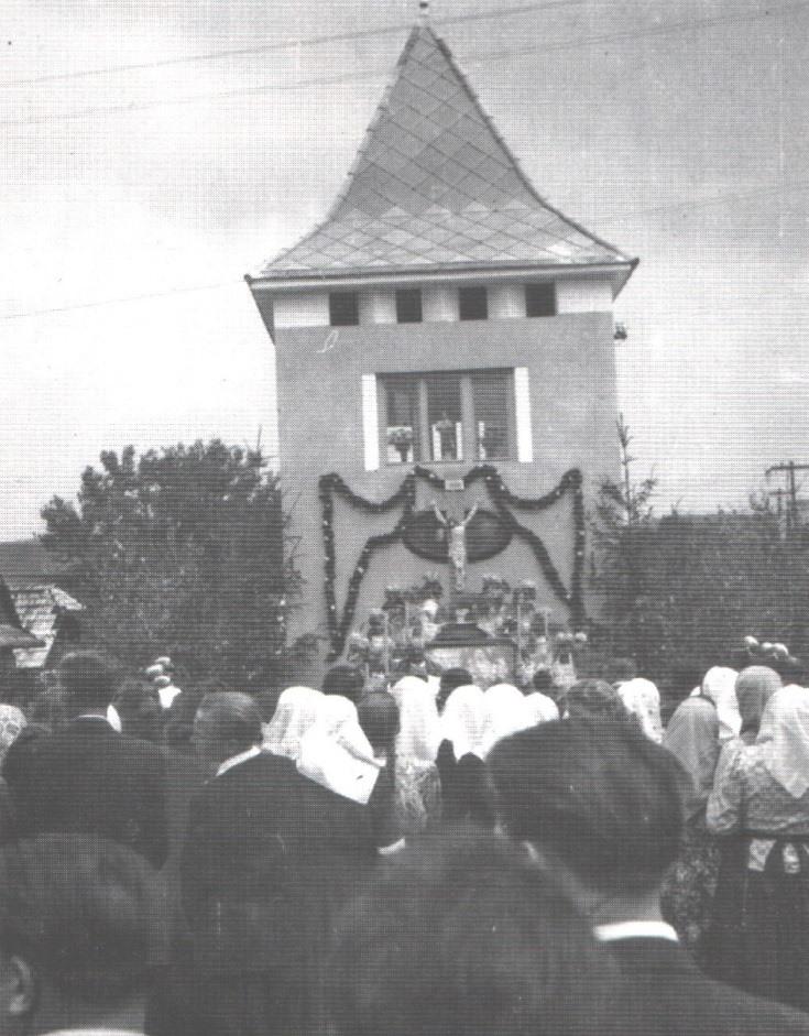 Posvätenie novej zvonice a kríža na konci júna v roku 1950 v Dolných Kočkovciach.