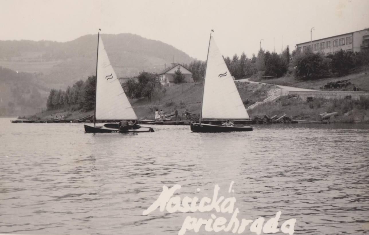 Letná idylka na Priehrade mládeže v 60. rokoch 20. storočia medzi Púchovom a Považskou Bystricou - vpravo na brehu sa nachádzajú Kúpele Nimnica.