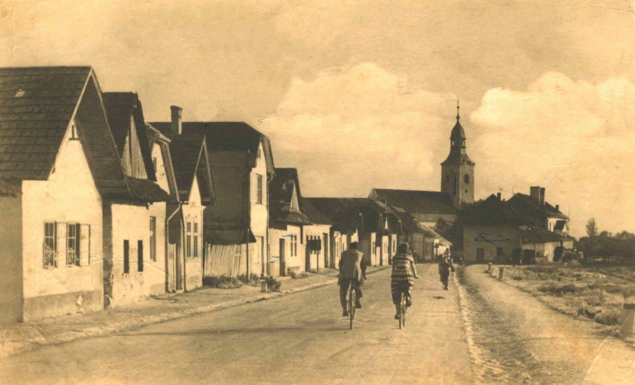 Dnešná Ulica M. R. Štefánika v Beluši na prelome 60. a 70. rokov 20. storočia