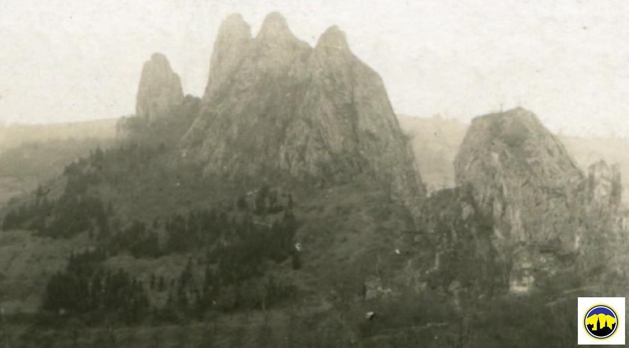 Skalnaté bralo s hradom (vpravo) v obci Lednica v roku 1925