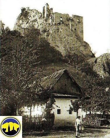 Ľudový domček s obyvateľmi pod hradom v obci Lednica na prelome storočí