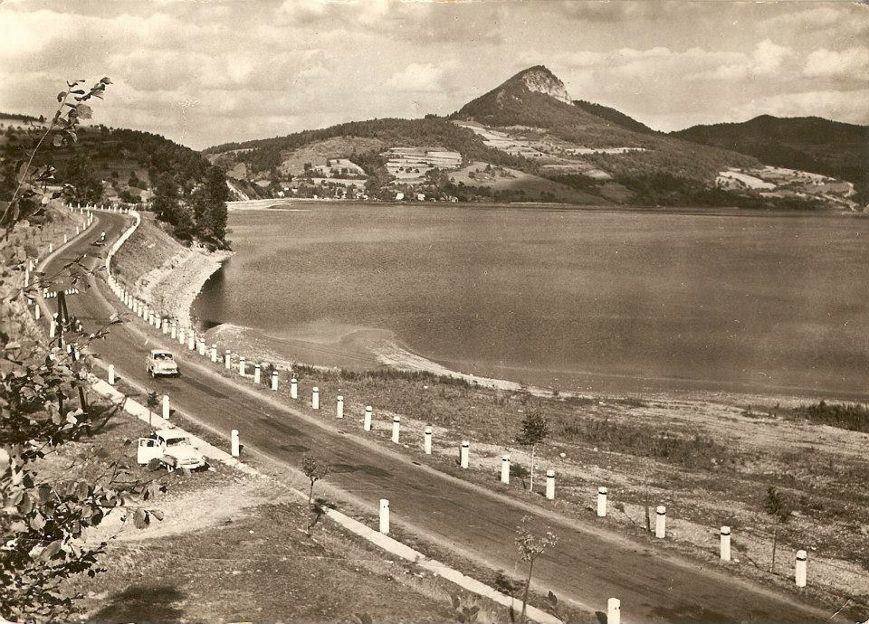 Cesta okolo Priehrady mládeže (VD Nosice) medzi Nimnicou a Udičou v 60. rokoch 20. storočia