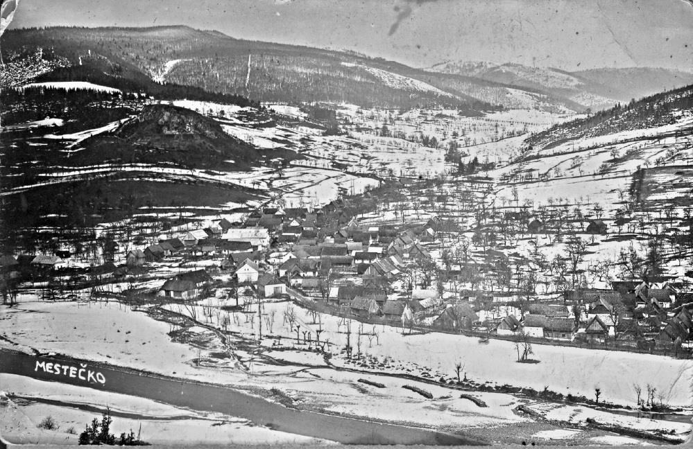 Malebná obec Mestečko v Púchovskej doline na fotografii zo začiatku 20. storočia - zaujímavosťou je určite nielen pohľad na skalu, z ktorej zostal iba lom