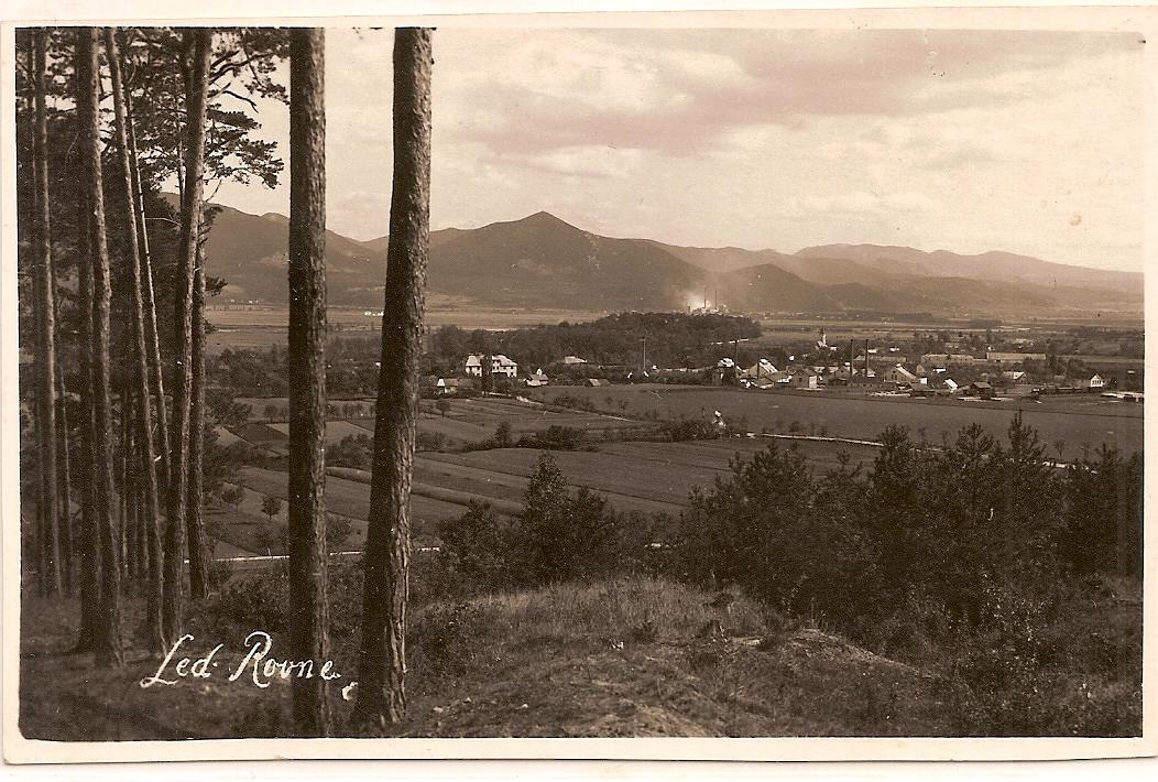 Fotografovi sa takto v roku 1927 podarilo zachytiť z úbočia Bielych Karpát Lednické Rovne. Okrem starých sklárskych budov s komínmi a železnič. stanicou (vpravo), vidieť čerstvo vybudovaný kostol sv. Michala, Vážsku dolinu, Strážovské vrchy i prašnú prácu v Cementárňach Ladce.