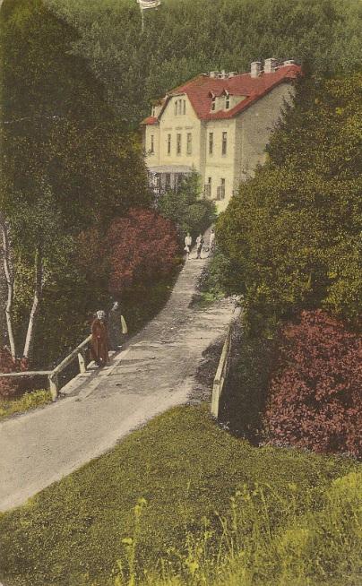 Hotel Fojtík v kúpeľoch Belušské Slatiny na kolorovanej pohľadnici, ktorá bola poštou odoslaná 18. júla 1931...