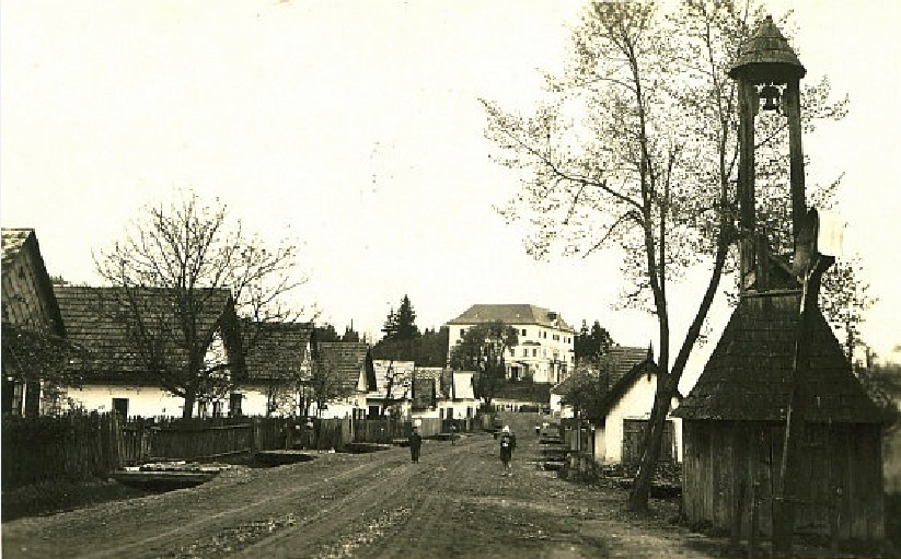 Pohľad na ulicu a kaštieľ v obci Horovce v čase 1. ČSR