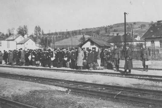 Nástup Židov na železničnej stanici v Púchove v marci 1942 pred transportom do koncentračného tábora