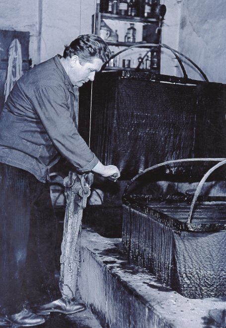 Stanislav Trnka vo svojej modrotlačiarenskej dielni v Púchove, známej nielen na území Slovenska, ale i za jeho hranicami