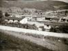 Drevené baraky, ktoré slúžili ako tábor pre robotníkov na stavbe Priehrady mládeže v 50. rokoch minulého storočia. Dnes je táto lokalita pod Kúpeľmi Nimnica zatopené vodami Váhu.