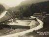 Kúpele Belušské Slatiny v čase prvej Československej republiky - bazén so šatňami, kúpeľná budova, cesta na Mojtín, kamenné vráta...