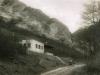 Fotografia Skautského domu (1932-1939) v Belušských Slatinách a na ceste pod ním povoz smerujúci ku kamenným vrátam a ďalej do Mojtína. V roku 1939 zabrala túto budovu Hlinkova garda a v roku 1944 ju počas SNP zničili nemeckí vojaci. V blízkosti tohto miesta tu od roku 1964 stojí chata Požiarnik