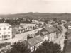Plnohodnotný pohľad z veže kostola v Beluši v roku 1941 smerom na dnešnú križovatku ulíc A. Sládkoviča so Žilinskou a paralelnú Ulicu Kpt. Nálepku