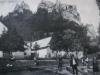 Hrad Lednica na dobovej pohľadnici zachytený z rovnomennej obce spolu s obyvateľmi na začiatku 20. storočia