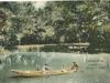 Kolorovaná fotografia z prelomu 19. a 20. storočia zachytila člnkujúcich sa pánov na jazierku v historickom parku Lednické Rovne.