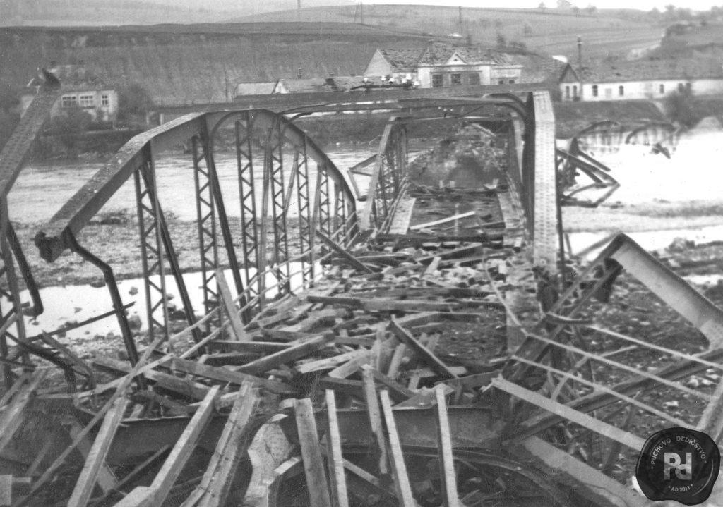 Priestor okolo mostu po zniceni fasistami
